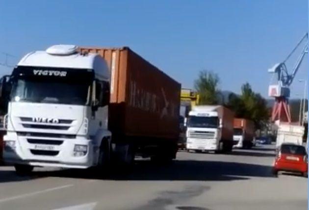 Vecinos de Guixar cortan por primera vez la entrada de la Campsa unos minutos y generan una procesión de camiones
