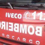 Os veciños dun edificio desaloxan por precaución o inmoble tras declararse un incendio no interior dun edificio en Marín