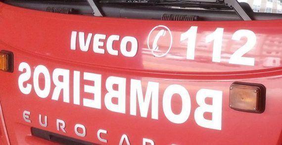 Incendio nun establecemento comercial en Pontevedra obriga a desaloxar a un edificio e deixa danos materiais no seu interior