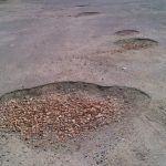 Denuncian o mal estado da avenida de Dona Fermina e do estacionamiento de Foxos