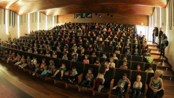 Cine miúdo no teatro Afundación, unha actividade do Primavera do Cine en Vigo que achega a música e a sétima arte ós máis pequenos