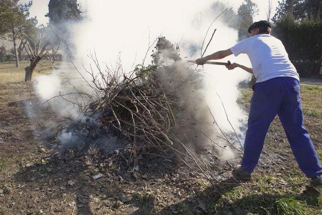 A partir de mañá poderán solicitarse de novo os permisos para realizar queimas de restos agrícolas e forestais amoreados