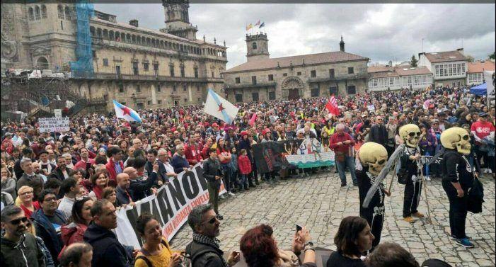 Milleiros de persoas asolagan Compostela para manifestar a súa oposición á mina de Touro-O Pino