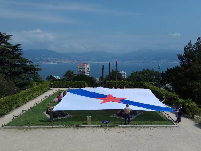 Despregan unha bandeira galega xigante en Vigo para reivindicar a soberanía para Galiza