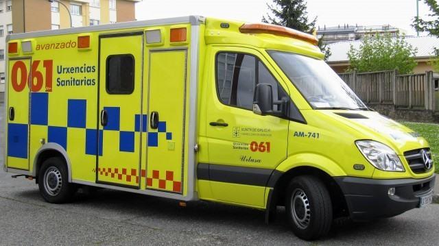 Tres feridos, un deles atrapado, despois de colidir un autobús e un taxi en Muxía
