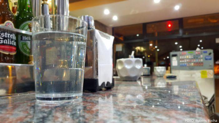 Esperan que os grupos do Congreso apoien que a hostalería teña que servir gratis auga da billa