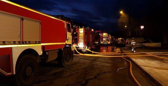 Un incendio derrúe parte dun invernadoiro en desuso con diverso material almacenado en Fisterra