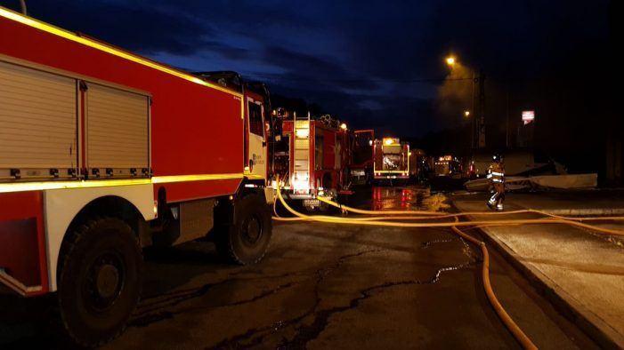 Apagado o lume que calcinou unha nave industrial en San Cibrao