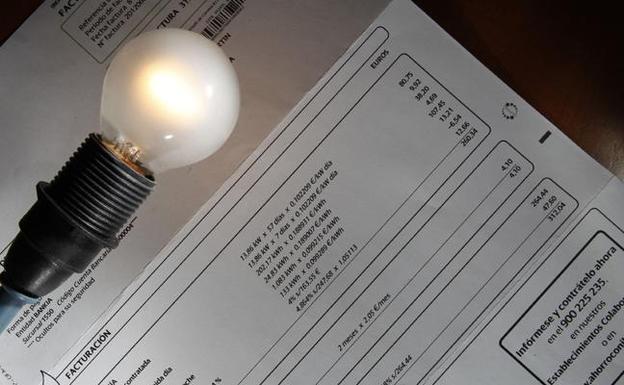 O recibo da luz do usuario medio en marzo, un 4,2% máis caro que hai doce meses