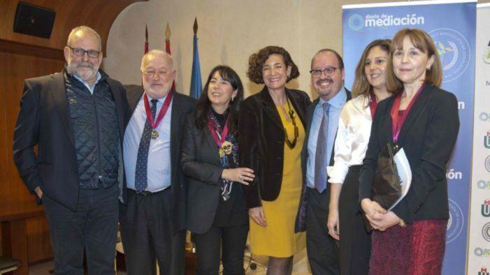 O traballo a prol da mediación de Francisca Fariña é recoñecido cunha medalla ao mérito profesional