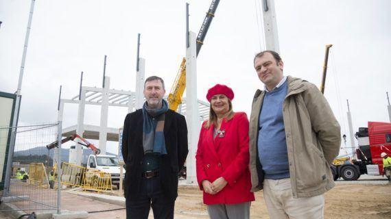 """Carmela Silva e Xose Manuel Abraldes comproban os """"grandes avances"""" nas obras da nave do grupo Froiz no polígono de Barro"""