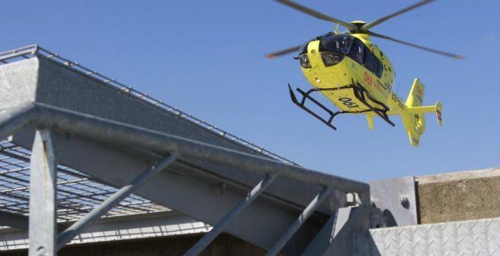 Unha persoa foi trasladada en helicóptero medicalizado tras ser excarcerada despois de envorcar a furgoneta na que viaxaba en Baralla