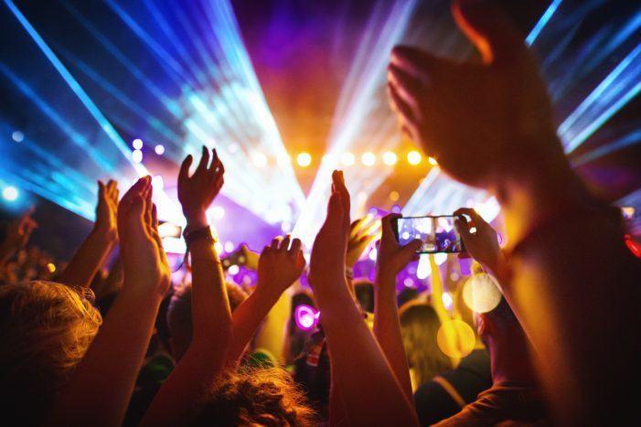 FACUA denuncia a máis de 40 festivais de música en toda España por impedir o acceso con comida e bebida