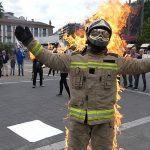 Un bombeiro vigués préndese lume para denunciar inseguridade por escaseza de persoal
