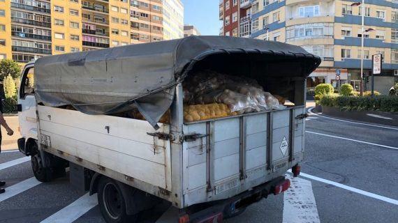 O Servizo de investigación de Transportes (SINTRA) da Polícia Local realizan controis de pesada de vehículos