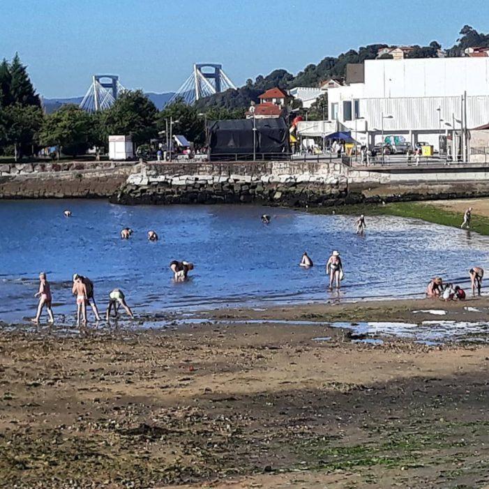 O furtivismo de bañador faise coa praia Arealonga de Chapela a pesar de estar contaminada