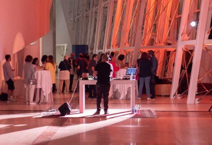 O Museo Gaiás abre este xoves e venres á noitiña para amosar a exposición 'Pensar coas mans' nunhas visitas con música e petiscos