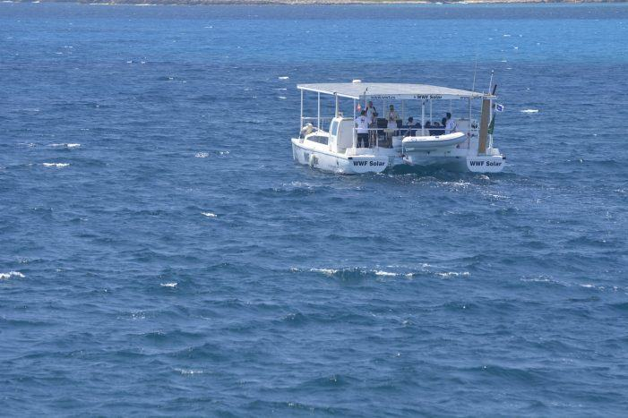 O barco solar de WWF arrinca a súa travesía en Alacante para loitar contra os plásticos no mar xunto a KISS FM