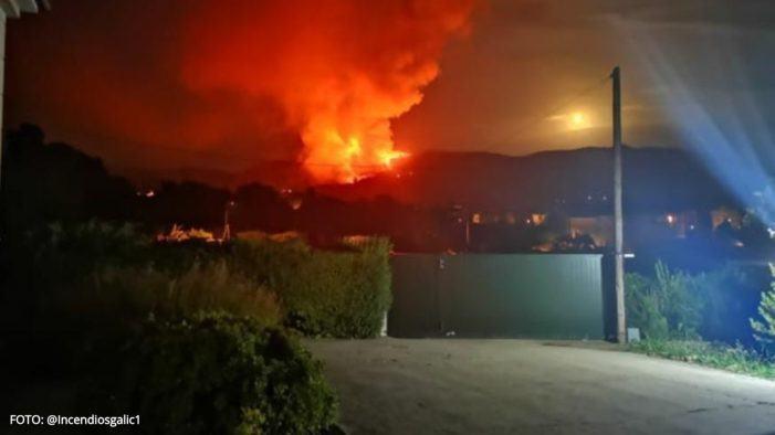 Cinco lumes activos calcinan Galicia