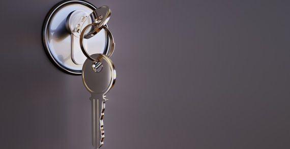 ¿Qué características debe tener una puerta de seguridad?
