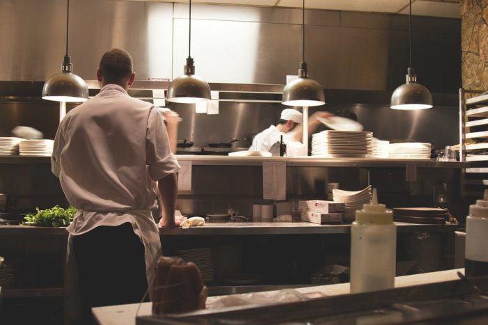 ¿Cuál es el equipamiento básico en la cocina de un restaurante?