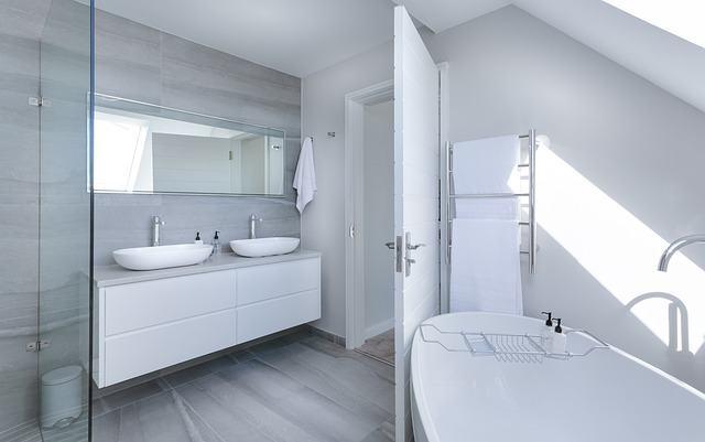 Muebles y lavabos suspendidos en el baño: el último grito en moda