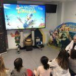 """Os nenos e nanas do Complexo Hospitalario Universitario de Ferrol desfrutaron hoxe da estrea de a """"Galiña Turuleca"""" nun cinema especial"""