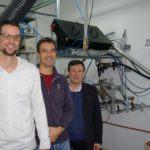 Enxeñeiros da UVigo producen por primeira vez unha fibra de vidro continua 1000 veces máis fina que un cabelo
