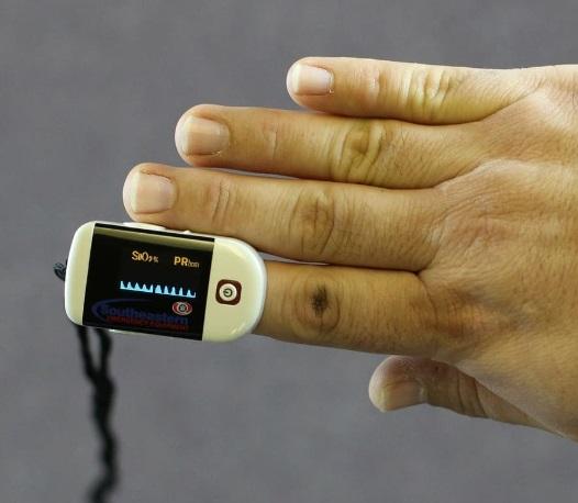 Descubre las ventajas de tener un oxímetro de dedo en casa y cómo usarlo