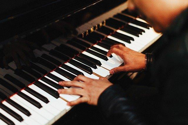 Cómo comenzar a tocar el piano