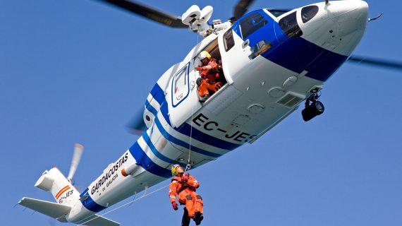 Un helicóptero do Servizo de Gardacostas rescata a un home tras precipitarse por un acantilado en Nigrán