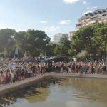 Cientos de negacionistas y conspiranoicos invaden la plaza de Colón