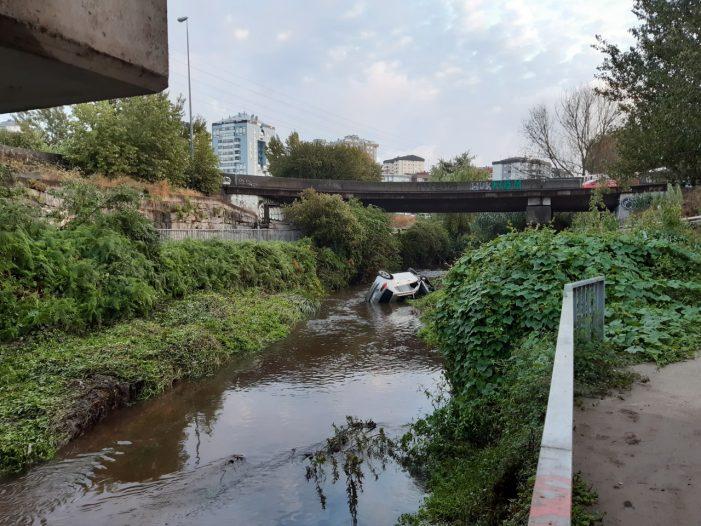 Cae co seu vehículo ao río Lagares en Vigo