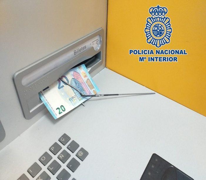La Policía Nacional detecta una modalidad de estafa basada en la manipulación de cajeros automáticos mediante la técnica Teller Hooking