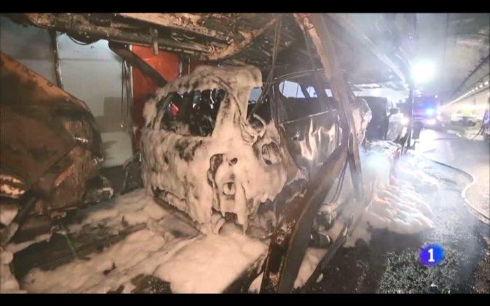Arde por completo o tráiler parado no interior do túnel da Cañiza xunto cos oito coches que transportaba
