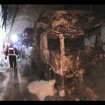 Un incendio orixinado nun camión portacoches provoca o corte da autovía A-52 a altura do túnel da Cañiza
