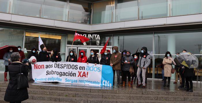Traballadores/as da atención telefónica de ADOS esixen a subrogación cunha protesta na Xunta en Vigo