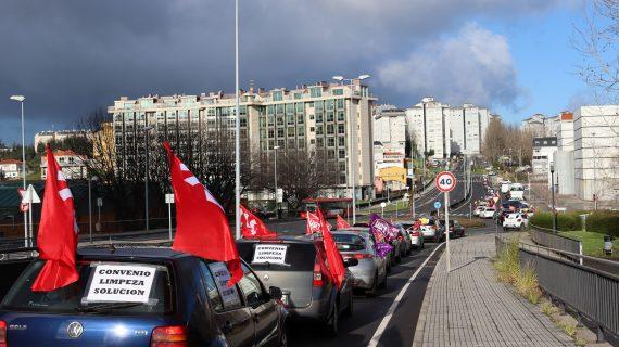 Traballadoras/es da limpeza da Coruña reivindican cunha caravana de vehículos un convenio con dereitos e melloras salariais