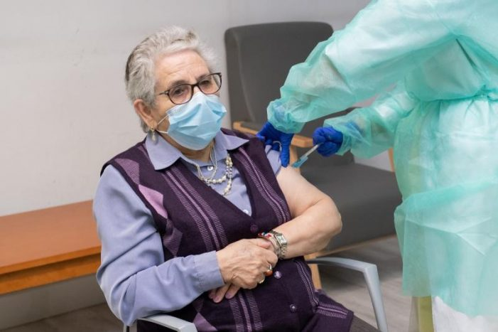 A primeira vacinada fronte á covid-19 en Galicia, Nieves Cabo, recibe a segunda dose, coa que comeza a segunda rolda de vacinación nas residencias