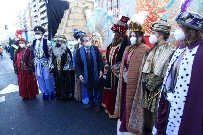 El alcalde saluda a los magos en una cabalgata estática de ocho horas con seguridad covid 1,000 x 100
