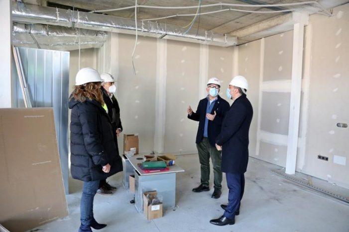 O conselleiro de Sanidade visita as obras do futuro centro de saúde de Narón, que rematarán en marzo