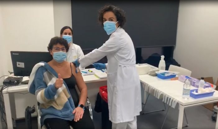 Máis de un millar de profesionais da área sanitaria de Vigo vacinarse hoxe fronte a COVID-19