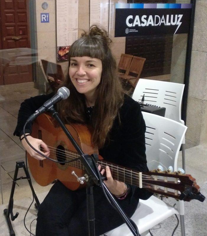 A artista viguesa Su Garrido Pombo ven de pedir axuda co seguinte texto e fotos