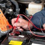 OCU recuerda que la póliza de asistencia en carretera cubre la carga de la batería del coche