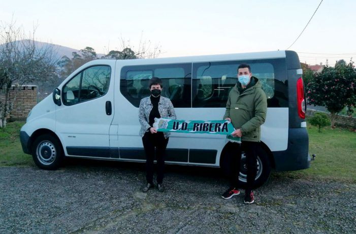 A alcaldesa do O Rosal áchegase a ver a nova furgoneta da U.D. Ribera