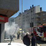 Desaloxan un edificio de catro andares en Oleiros a causa dun incendio iniciado nunha das vivendas