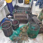 Gardacostas requisa mais de 500 quilos de distintas especies de peixe e marisco, preto de 300 útiles e case 7.000 metros de artes de enmalle