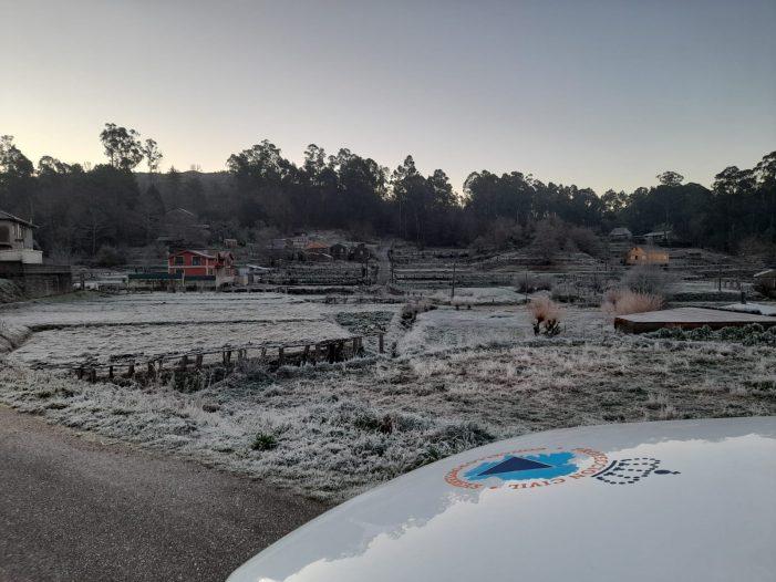 Protección Civil Ponteareas esparexeu preto de dúas toneladas de sal nas estradas municipais
