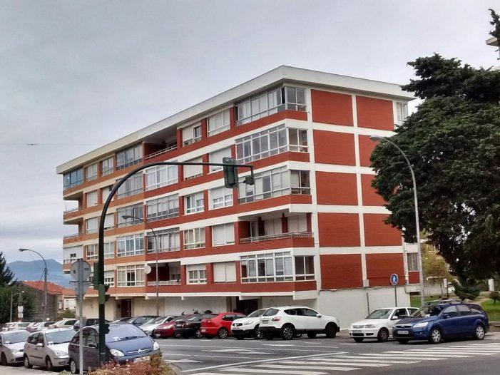Un conductor ebrio colisiona contra un poste telefónico y trata de darse a la fuga en Vigo