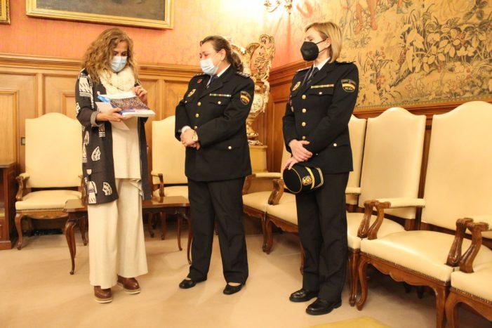 A comisaria de Pontevedra, Estíbaliz Palma, agasalla á presidenta da Deputación co libro que conmemora os 40 anos da muller na Polícia Nacional